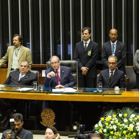 O vice-presidente institucional do Grupo Globo, João Roberto Marinho (o segundo da direita para a esquerda) na mesa com deputados durante a sessão em homenagem à Globo Foto: ANDRE COELHO/ / Agência O Globo