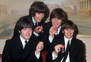 Quarteto fantástico. The Beatles Paul McCartney, George Harrison, John Lennon e Ringo Starr mostram suas medalhas de Membros da Ordem do Império Britânico Foto: AFP / 26/10/1965