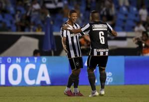 Fernandes e Carleto comemoram gol do Botafogo em partida no Engenhão Foto: Marcos Tristão / Agência O Globo