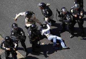 Polícia venezuelano ganhou apoio de agentes da inteligência e da guarda nacional para agredir manifestantes Foto: Reuters