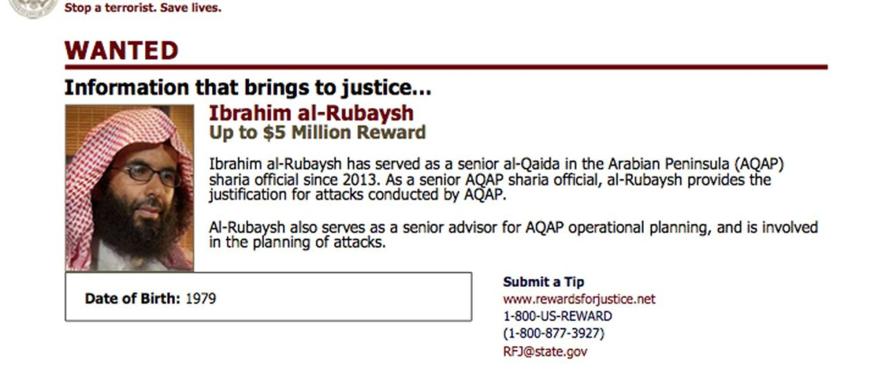 Imagem de Ibrahim al-Rubaish com informações sobre recompensa no site do Departamento americano de Justiça. Al-Qaeda na Península Arábica confirmou morte do clérigo após ataque aéreo na noite de domingo Foto: AP