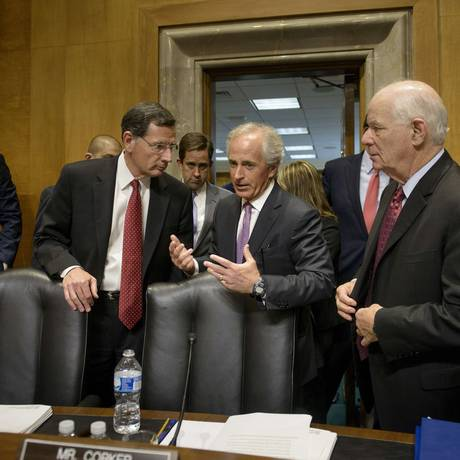 Republicano Bob Corker (centro) e democrata Benjamin Cardin (direita). Dupla de senadores à frente da Comissão de Relações Exteriores do Senado conseguiu chegar a um acordo, mas ainda enfrenta obstáculos de ambos os partidos Foto: BRENDAN SMIALOWSKI / AFP