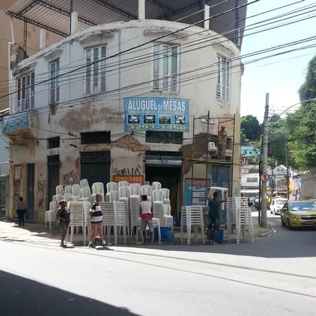Esquina entre a Rua Barão de Itapagipe e a Av. Paulo de Frontin, com as cadeiras e as mesas empilhadas na calçada Foto: Foto de leitor / Sheila Feitoza