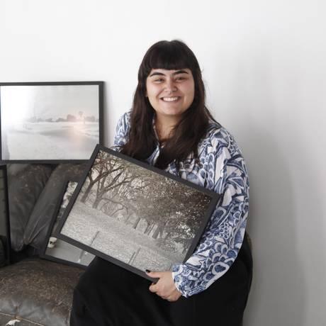 Nicole e algumas das fotos da exposição: o dia a dia de uma metrópole Foto: Eduardo Naddar / Agência O Globo