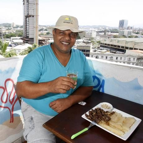 Omar Monteiro na laje do bar que leva seu nome, no Morro do Pinto Foto: Agência O Globo / Luiz Ackermann