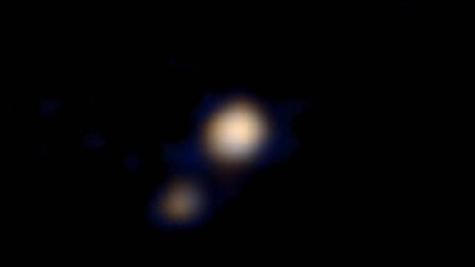 021bf4688a872 Primeira imagem a cores de Plutão e sua lua Caronte feita pela sonda New  Horizons não