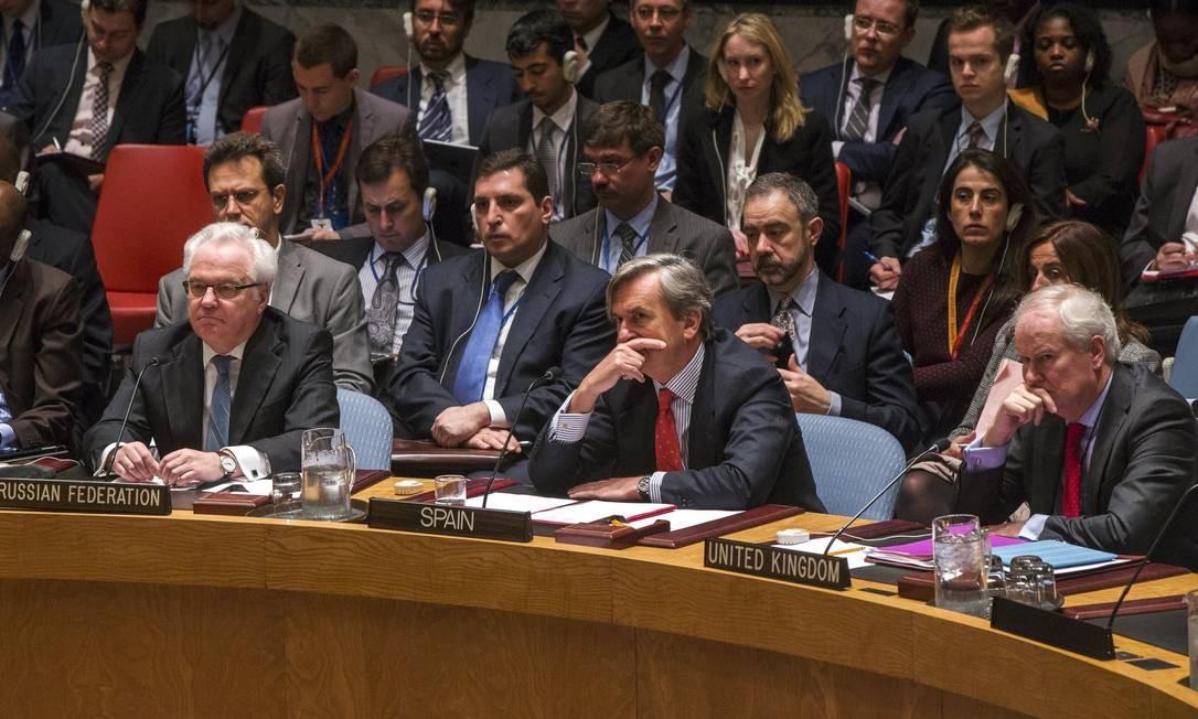 Embaixador russo, Vitaly Churkin (esquerda) durante reunião do Conselho de Segurança nesta terça-feira. Rússia foi o único país que não aprovou embargo de armas contra os houthis Foto: LUCAS JACKSON / REUTERS