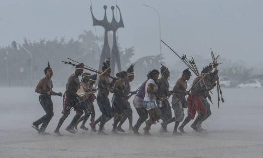 Índios de diversas etnias fazem manifestação em frente ao STF, em Brasília Foto: Valter Campanato / Agencia Brasil