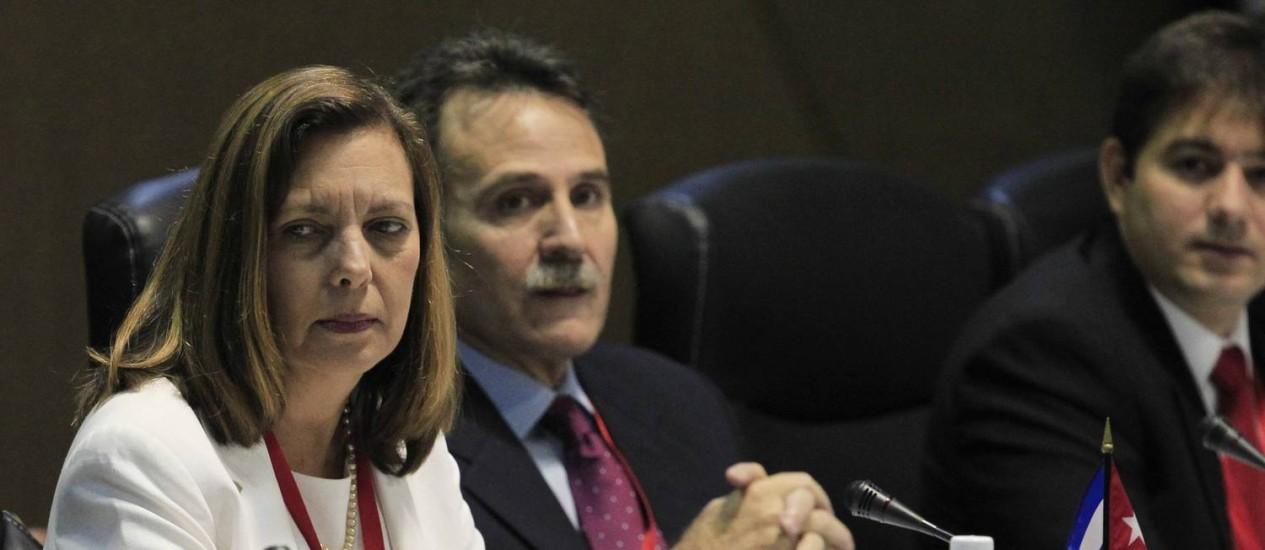 """Josefina Vidal (esquerda) durante reunião da retomada de relações, em janeiro. Governo cubano classificou iniciativa de Obama, de retirar Cuba da lista de países que apoiam o terrorismo como uma """"decisão justa"""" Foto: STRINGER / REUTERS"""