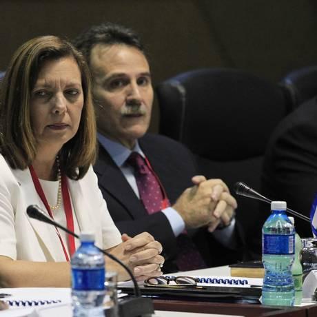 Josefina Vidal (esquerda) durante reunião da retomada de relações, em janeiro. Governo cubano classificou iniciativa de Obama, de retirar Cuba da lista de países que apoiam o terrorismo como uma