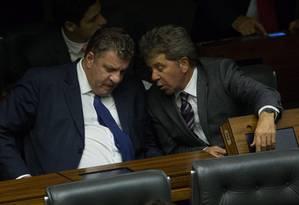 Os deputados José Otávio Germano (gravata azul) e Luiz Fernando Faria (PP-MG) conversam no plenário da Câmara Foto: André Coelho