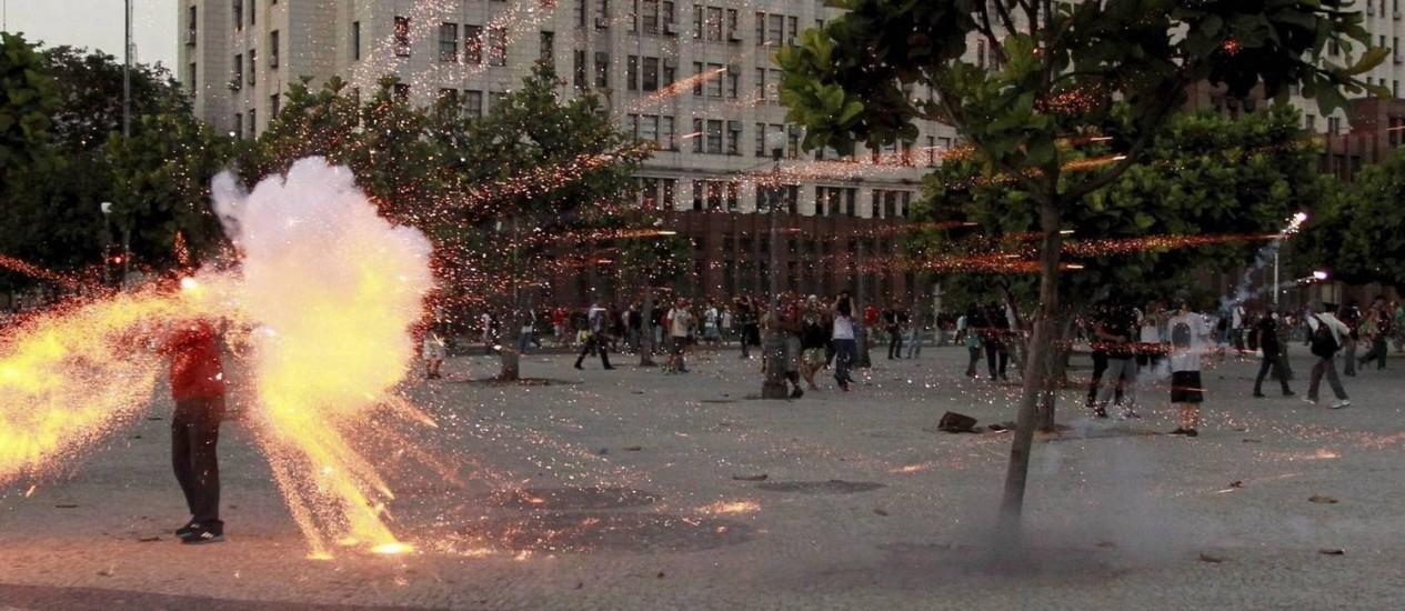 Imagem premiada: cinegrafista é atingido por rojão lançado por manifestantes no Centro Foto: Domingos Peixoto / Agência O Globo