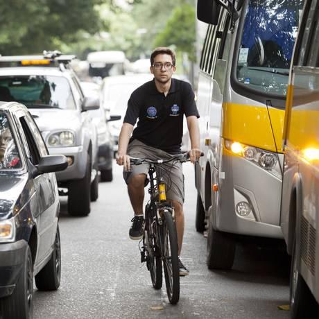 O estudante Philipe Moura, imprensado entre ônibus e carros na Rua das Laranjeiras Foto: Bárbara Lopes
