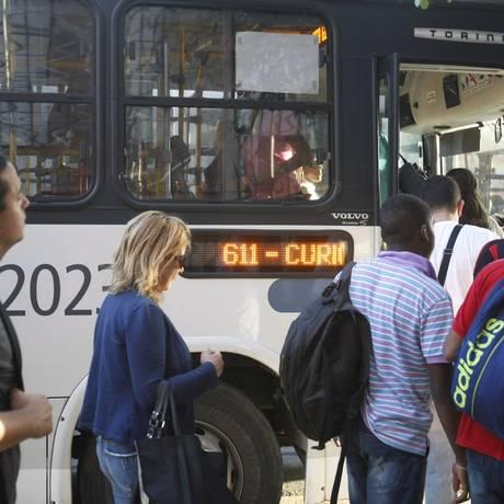 Passageiro embarcam no ônibus da linha 611 (Del Castilho-Curicica) Foto: Luiz Ackermann