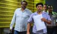 Comandantes das Farc, Ivan Marquez (à esquerda) e Edilson Romana chegam em Havana para as negociações de paz