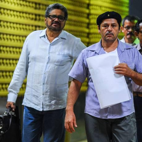 Comandantes das Farc, Ivan Marquez (à esquerda) e Edilson Romana chegam em Havana para as negociações de paz Foto: YAMIL LAGE / AFP