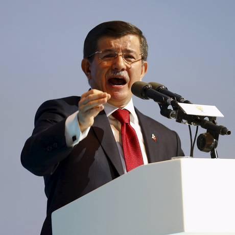 Ahmet Davutoglu foi além de Erdogan e falou em 'frente do mal' Foto: UMIT BEKTAS / REUTERS