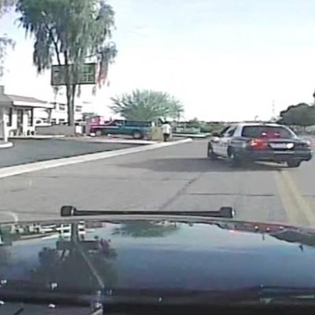 Vídeo divulgado nesta terça-feira mostra momento em que uma viatura da polícia do Arizona atinge um supeito armado na cidade de Marana. Foto: AP