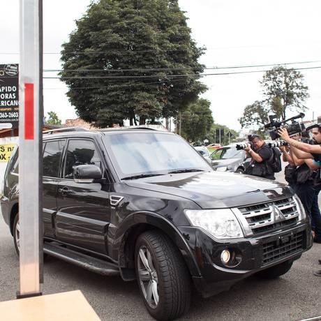 Carro com Vaccari chega à sede da Polícia Federal no Paraná Foto: Rafael Forte / Agência O Globo