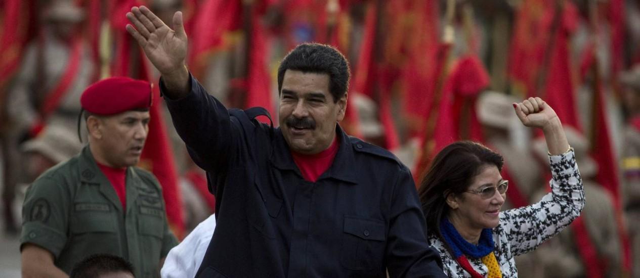 """Cilia Flores ao lado de Nicolás Maduro em cerimônia em Caracas. Mulher do presidente apresentará programa sobre """"a vida na revolução bolivariana sob uma ótica feminina"""" Foto: MARCO BELLO / REUTERS"""