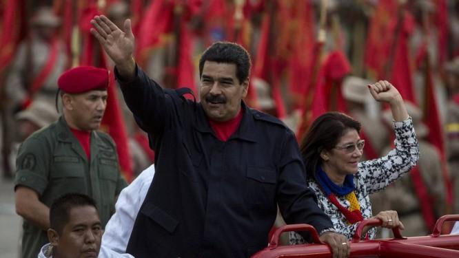 Cilia Flores ao lado de Nicolás Maduro em cerimônia em Caracas. Mulher do presidente apresentará programa sobre
