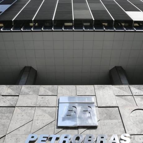 Documentos foram apreendidos na sede da Petrobras Foto: Carlos Ivan / Agência O Globo