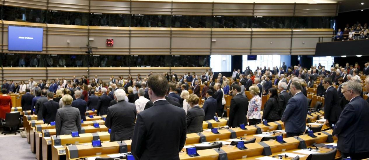 Membros do Parlamento Europeu realizam minuto de silêncio antes da votação da moção que aprovou reconhecimento do genocídio armênio Foto: FRANCOIS LENOIR / REUTERS