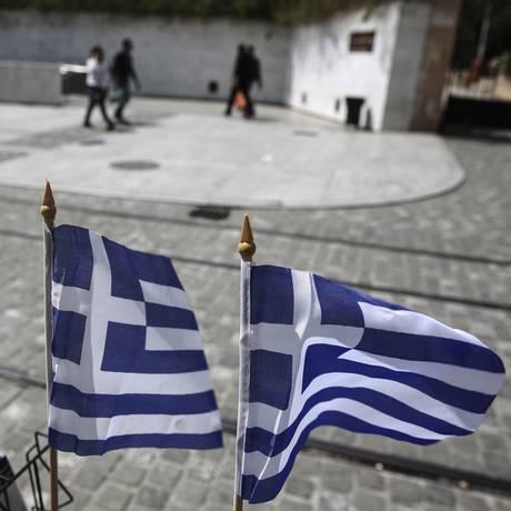 Bandeiras da Grécia tremulam em Atenas Foto: Yorgos Karahalis / AP