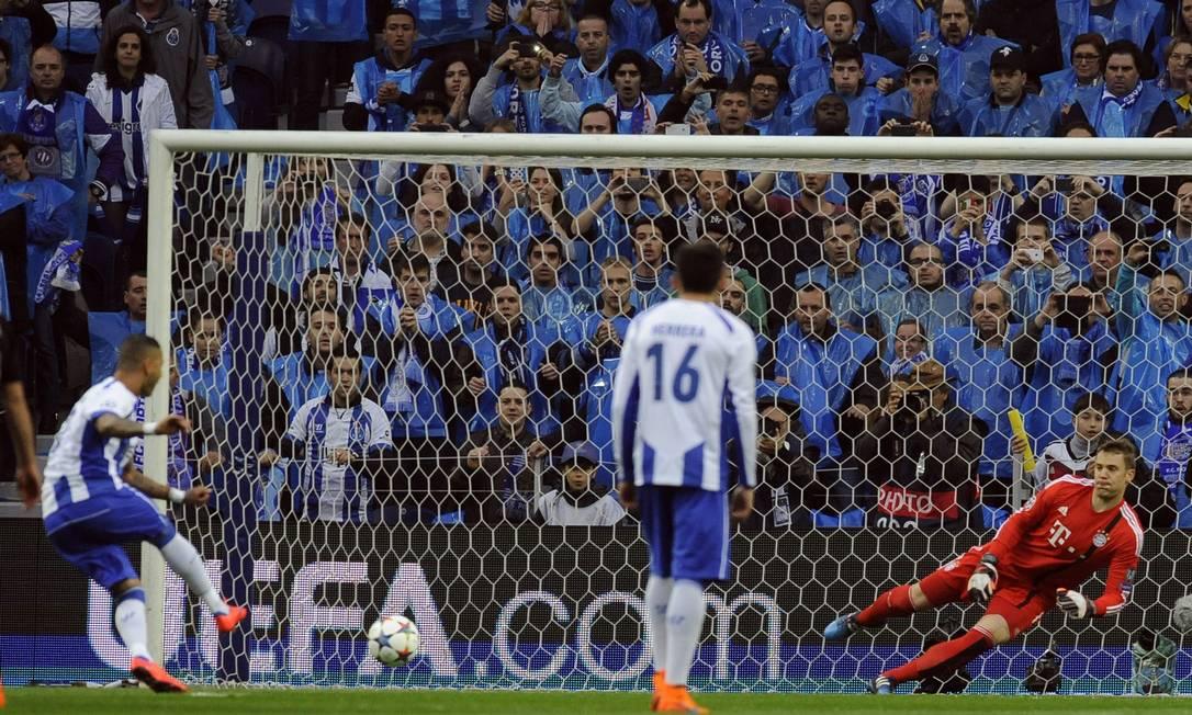 Ricardo Quaresma bate pênalti para o Porto e desloca o goleiro do Bayern, Neuer, em jogo pelas quartas de final da Liga dos Campeões Paulo Duarte / AP