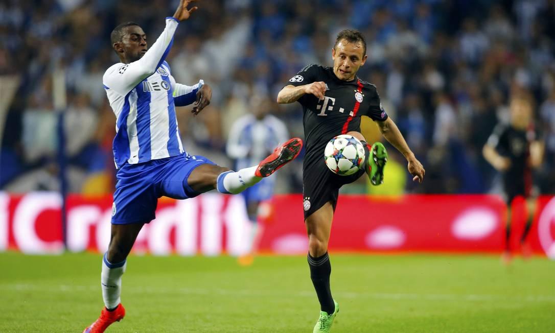 Rafinha, do Bayern (à direita), disputa o lance com Jackson Martinez, do Porto, no Estádio do Dragão, no Porto, em Portugal MIGUEL VIDAL / REUTERS
