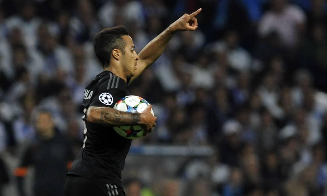 Thiago Alcântara comemora o gol do Bayern contra o Porto: filho de Mazinho marcou após passe de Boateng da direita Paulo Duarte / AP
