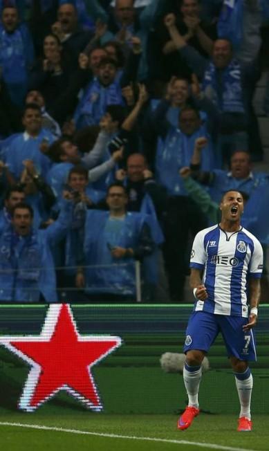 Ricardo Quaresma celebra o 2º gol que marcou pelo Porto contra o Bayern, em que aoproveitou falha do zagueiro brasileiro Dante na saída de bola RAFAEL MARCHANTE / REUTERS