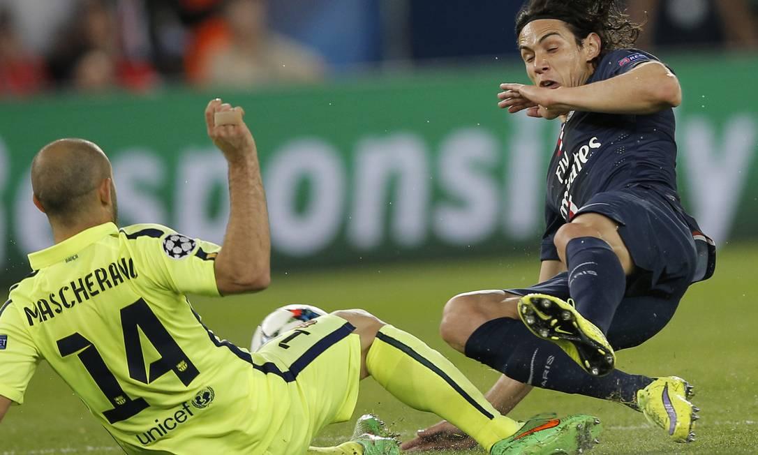 Sai faisca da dividida entre Mascherano, do Barcelona (14), e Cavani, do PSG Christophe Ena / AP