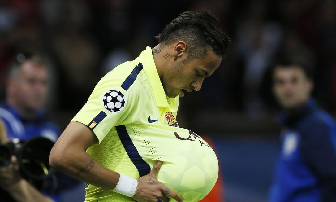 Neymar comemora gol colocando a bola barriga, como se estivesse grávido: homenagem a um amigo cuja esposa está grávida Gonzalo Fuentes / REUTERS