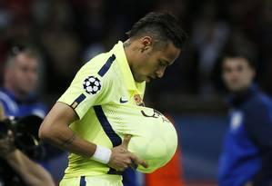 Neymar comemora gol colocando a bola barriga, como se estivesse grávido: homenagem a um amigo cuja esposa está grávida Foto: Gonzalo Fuentes / REUTERS