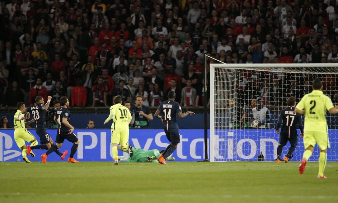 O gol de Neymar: Messi deu o passe, e o craque brasileiro tocou na saída do goleiro Sirigu Christian Hartmann / REUTERS