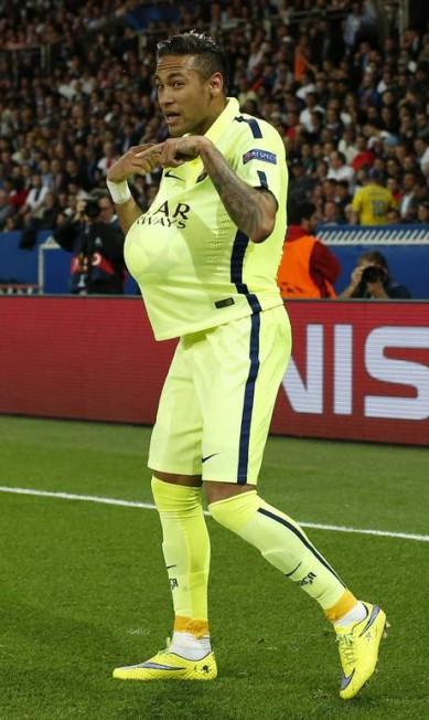 Pai de Davi Lucca, de 3 anos, Neymar deixou todo mundo curioso com a comemoração de gol pelo Barcelona contra o PSG Benoit Tessier / REUTERS