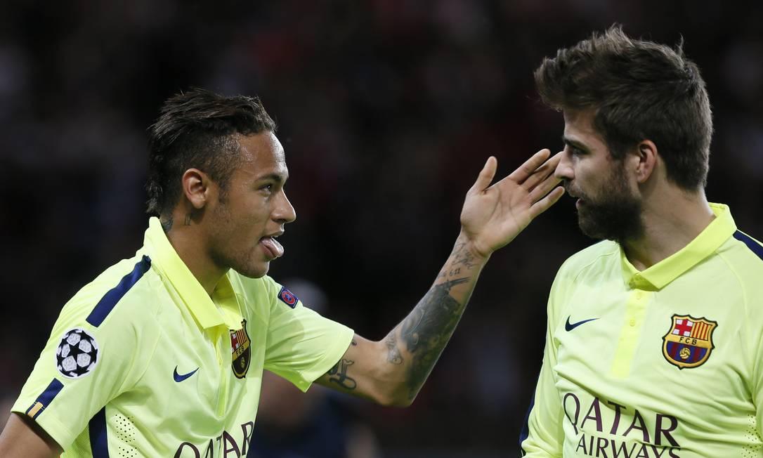 Neymar com Piqué na comemoração do gol do brasileiro Gonzalo Fuentes / REUTERS