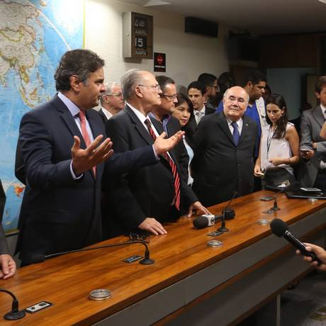 O senador Aécio Neves (PSDB-MG) em encontro com integrantes do Movimento Vem Pra Rua Foto: Ailton de Freitas