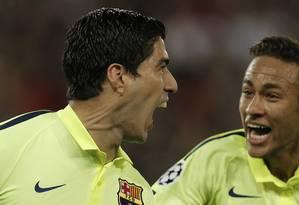 O uruguaio Luis Suarez e o brasileiro Neymar, os artilheiros do Barcelona na vitória em Paris sobre o PSG Foto: Christophe Ena / AP