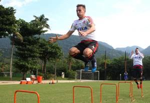 O zagueiro Bressan se esforça no treino físico do Flamengo, nesta quarta-feira, no Ninho do Urubu Foto: Gilvan de Souza/Flamengo