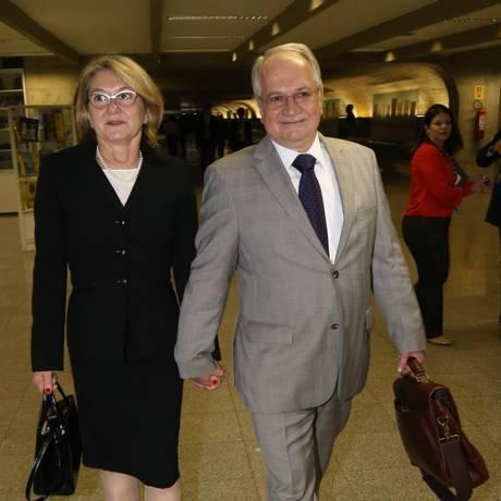O professor Luiz Edson Fachin com a sua esposa Rosana Fachin após encontro com o presidente do Senado, Renan Calheiros (PMDB-AL) Foto: Ailton de Freitas / Agência O Globo
