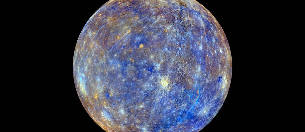 Imagem em cores falsas de Mercúrio com base em dados coletados pela sonda Messenger, da Nasa, evidencia as diferentes composições químicas, minerológicas e químicas na superfície do planeta Foto: Nasa