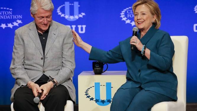 O ex-presidente Bill Clinton escuta sua mulher, Hillary, então secretária de Estado Foto: AP/22-3-2014