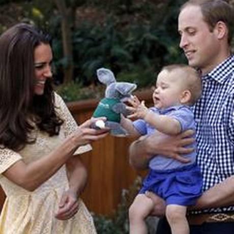 Kate, William e o primeiro filho do casal, George, em visita a um zoológico no ano passado Foto: DAVID GRAY / AFP