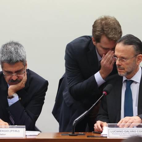 Assessor conversa com Luciano Coutinho durante depoimento da CPI da Petrobras Foto: André Coelho / Agência O Globo