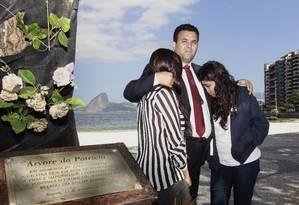 Wilson Junior com as filhas ao lado da árvore em homenagem a juíza Patrícia Acioli, em Icaraí Foto: Márcio Alves/09-08-2014