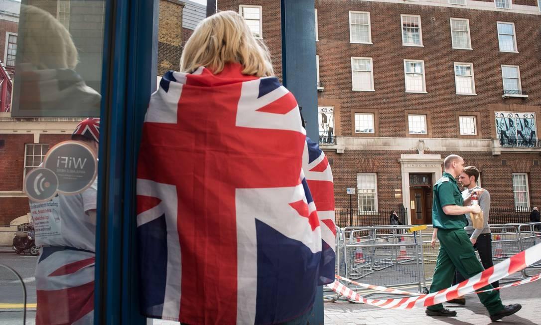 Já começa a concentração diante do St Mary's Hospital, em Londres, onde Kate Middleton deverá ter seu segundo filho Foto: LEON NEAL / AFP