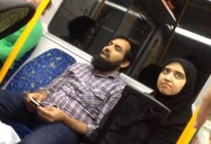 Casal muçulmano é agredido no metrô de Sydney: senhora afirma que passageiros são apoiadores do Estado Islâmico Foto: Reprodução