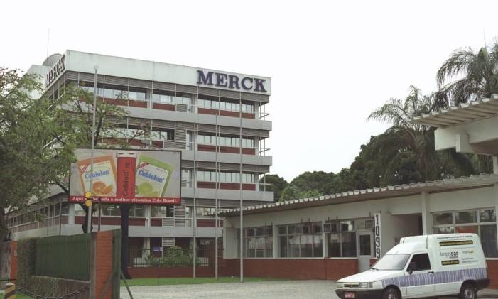 Fábrica da Merck, em Jacarepaguá Foto: Adriana Calderoni (01/08/2002) / O Globo